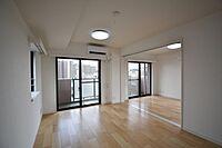 居間(南西角部屋41.8平米のルーフバルコニー付で眺望良好です)