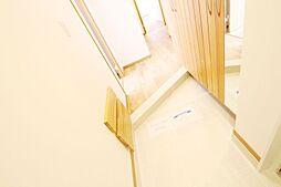 リビング、キッチン、玄関、廊下などのわずかなデッドスペースもできるだけ収納にして利用できるように工法しております。弊社施工例です。