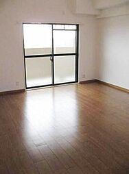 大きな窓付。広々としていベッドも余裕で置けます。
