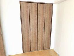 室内の邪魔にならないシンプルなデザインのクローゼットの扉。