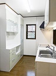 「キッチン(2)」建付けの食器棚もあり、収納力は問題なしです。