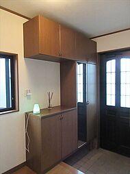 扉は採光性が高いので明るい玄関です。天井まである下足収納により数多くの靴類を収納することができます。また、カウンターのコンセントを利用して水槽を置いたりアロマディフューザーを置くことができます。