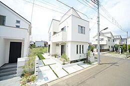白の外観に植栽のグリーンがよく映えます。内観はもちろん、外観・外構にまでこだわる近代建物の住空間。長く住まう家だからこそ細部にまで工夫を凝らした家づくりをしております。