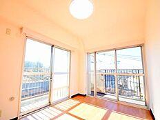 東と南の東南部屋。晴れた日はとてもポカポカ。日向ぼっこ。窓の向こうには富士山が見えます。