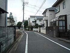 周辺には高い建物などの無い、環境の良い住宅地を形成しています。