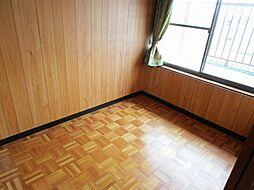 リフォーム中2階南側3帖洋室です。天井・壁はクロスを張り替え、照明交換、床はクッションフロアを貼る予定です。ウォーキングクローゼットや書斎として使ってもいいですね。