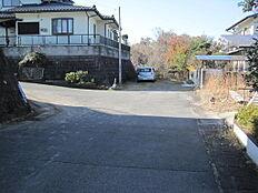 前面道路の幅員は約6mあります。