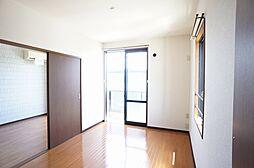 洋室南向きで太陽の陽がたっぷり入ります角部屋ですので2面に窓があり風が通ります