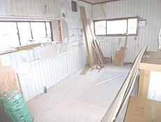リフォーム中のキッチンの画像です。永大産業製の2700mmの新品キッチンに交換します。