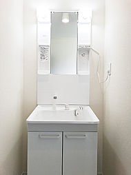 2Fにも整髪洗面化粧台があり、朝の混み合う時間には2Fで身支度して頂けます。