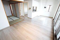 ソファを置いても広々利用可能、リフォーム済きれいなリビング。