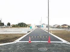 東側の前面道路は幅員約6mございます。