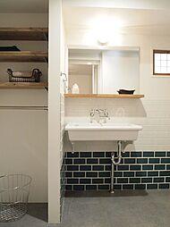 好きな色、お気に入りのタイルが主役の洗面スペース。(施工事例)