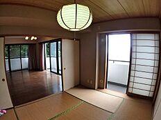 和室6帖からリビングを撮影。開放窓が多く、高台に建っている為、風通しも良好です。