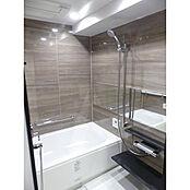 ウッドパネルがお洒落な浴室