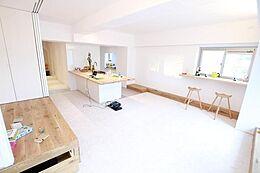 (Living Room)小上がりを開放すれば19.8帖の贅沢な空間を実現。こだわりの家電、こだわりの家具、大好きなものだけに囲まれたラグジュアリーな暮らし。