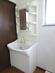 洗面台。白で統一された清潔感のある洗面台です。お掃除もしやすく、身だしなみや、自分を綺麗にする場所だからこそ清潔にしていたいですね。