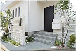 閑静な住宅街で、前面道路も幅がゆったりございます。玄関前は植栽や、小窓を沢山施すことでデザイン性の高いアプローチになっています。(建物プラン例/建物価格2000万円、建物面積89.26m2)
