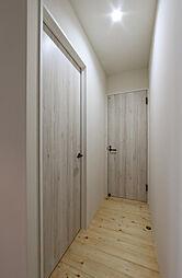 玄関からみた脱衣所前。扉はシャビーな感じです。