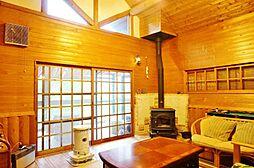 すっぽり森の中に暮らす家 しっかり暮らせる間取り 2LDKの居間