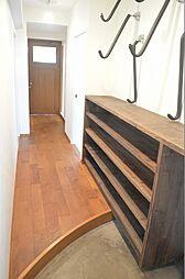 無垢床材とアール仕上げの玄関框
