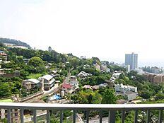 熱海駅前の高層マンションの向こうが雄大な相模湾。建築物は増えましたが住環境には恵まれております。