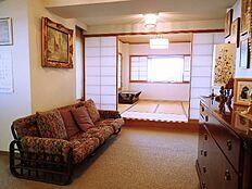 リビングから和室方向:床は絨毯仕様で状態良好でございます。