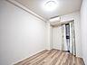 大容量の収納スペースを設けてある主寝室。真っ白なクロスとダークブラウンなフローリングが引き締まった印象を与える。,3LDK,面積75.37m2,価格4,480万円,JR南武線 西府駅 徒歩1分,,東京都府中市西府町1丁目