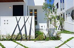 住宅の個性と街並み全体の美しき調和にもこだわりを持っています。思わず目を惹く外観にはワンランク上の上質な生活が伺えます。(建物プラン例/建物価格1755万円、建物面積89.26m2)