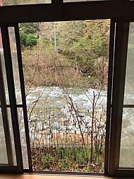 川を眺められます