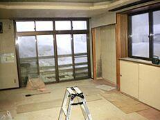 リフォーム中のリビングの画像です。床をフローリングに張り替えて、壁、天井のクロスも張り替えます。照明器具もLED製に交換します。電気代の節約にもなりますね。