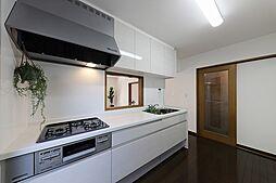 キッチンは作業スペースも広く、収納も上下にたっぷりあるので、作業効率も上がりそうです。