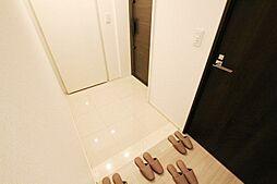 大容量のシューズクロークに靴を収納し、玄関スペースをすっきりと使うことが可能です。