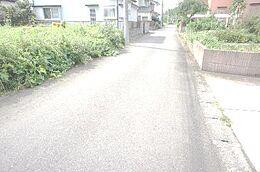 北側幅員約4.2mの前面道路です。