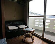 広縁部分にピッタリ置けたソファーに腰かけながら景色が楽しめます。