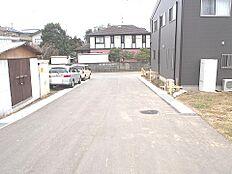 前面道路です。住宅密集地で静かなたたずまいです。