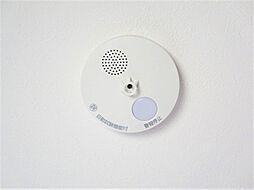 同仕様写真全居室に火災警報器を新設します。キッチンには熱感知器、その他のお部屋や階段には煙感知器のもの設置します。万が一の火災も大事に至らないように、備えが重要です。電池寿命約10年です。