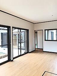 1F南東側約8帖洋室。大型のクローゼットもあり収納豊富です。(3)