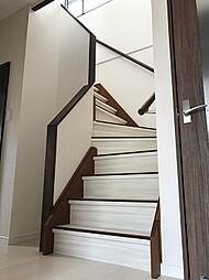 手摺り付きの折り返し階段はお子様でも安全に上り降りして頂けます。(1)