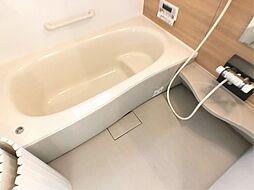半身浴もできる広々とした湯船。