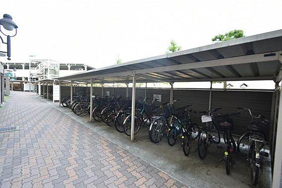 駐輪場は屋根付...