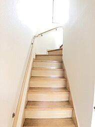 階段は手すり付きです
