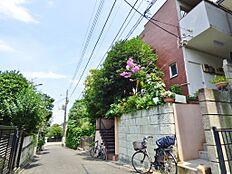 周辺は閑静な住宅街。前面道路も車通りが少なく、落ち着いた住環境が確保されています。