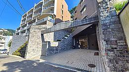 独特な「造形美」のあるマンション外観です。熱海駅徒歩2分とは思えない雰囲気を持っています。