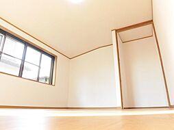 リフォーム済南側8帖を洋間に間取り変更しました。壁・天井クロス張替え、床フロア張り、照明交換行いました。居住スペースの8帖に加え、2帖分のフリースペースがあるので、空間をゆったり使って頂けます。