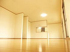 リビングの写真です。和室と洋室を一つにしLDKに間取変更しました。ハウスクリーニングでピッカピッカにしました。