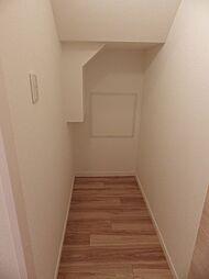 階段下収納。新聞や季節用品の保管等の場所として、お部屋がすっきり片付きます。