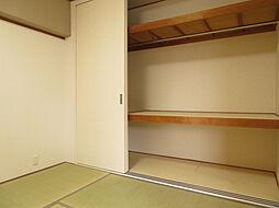 魅力は3枚の引き戸です。収納ケースを置いてもすっと出し入れできますので、便利です。広い収納なので、布団や季節の飾りもしまえます。お客様楊のお布団をしまうこともできます。(2019年7月20日撮影)