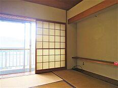 こちらがリビング隣の和室になります。こちらも南東に窓があるため、暖かい陽ざしを運んでくれます。
