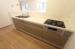 アースカラーのシステムキッチンは汚れも目立ちにくく、温かみを感じられる色合いです。